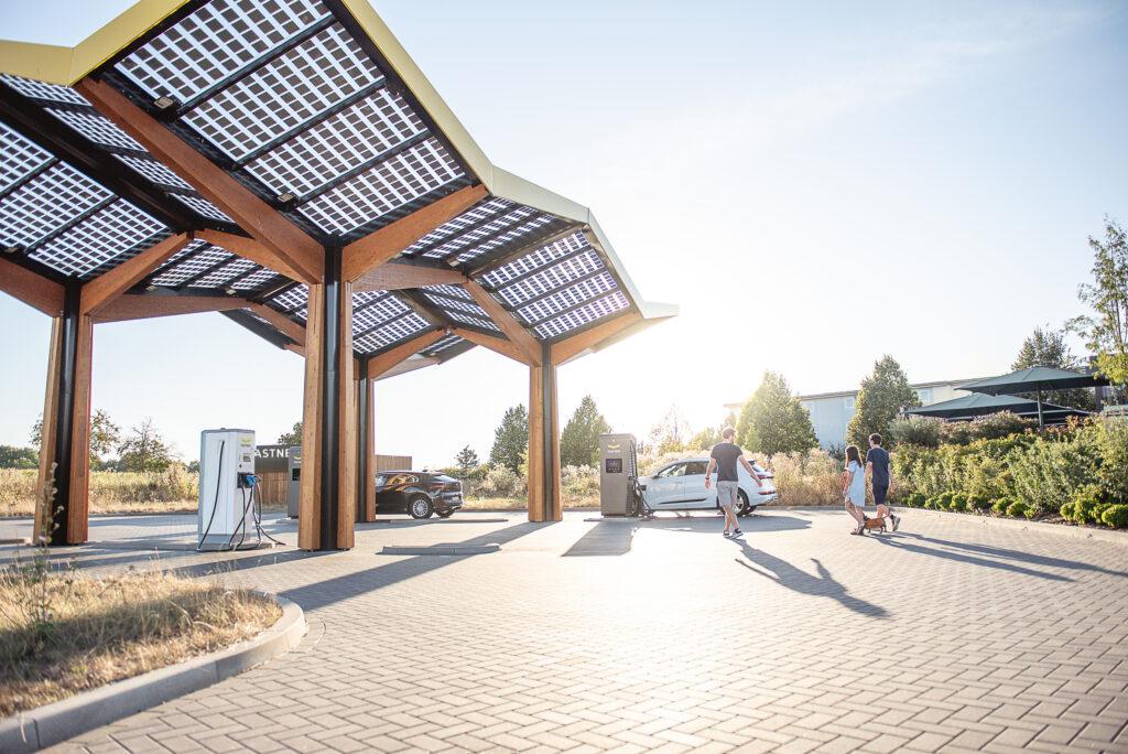Das niederländische Unternehmen Fastned hat sich zum Ziel gesetzt, ein europaweites Netzwerk von Elektro-Tankstellen mit Schnellladesäulen aufzubauen. Foto: Fastned